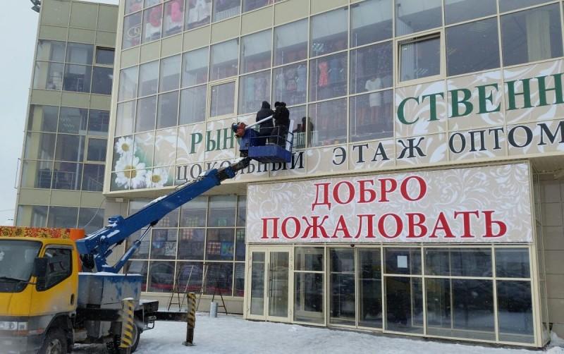 оклейка фасада торгового центра самоклеящейся пленкой 2